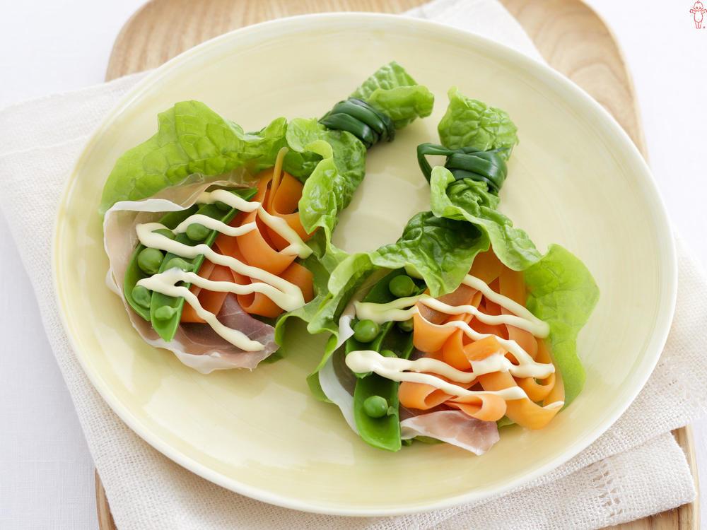 写真:スナップえんどうとにんじんのサンチュ巻きサラダ