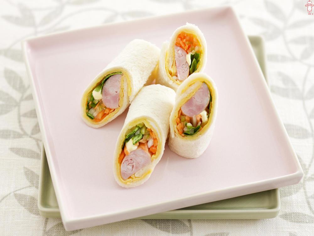 写真:にんじんとセロリとソーセージのロールパン