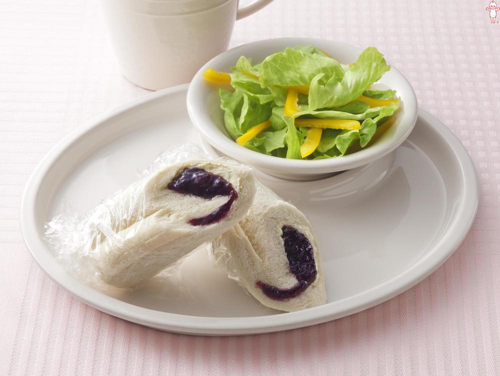 写真:クリームチーズとブルーベリージャムのロールパン
