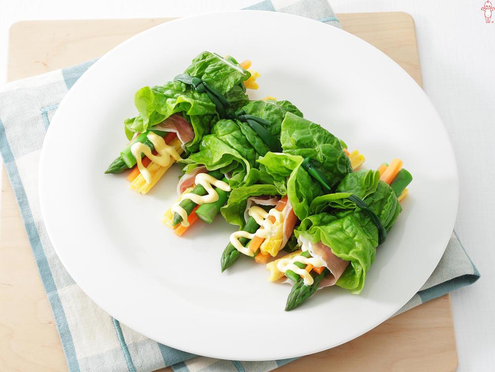 写真:アスパラとにんじんとたまごのサンチュ巻きサラダ