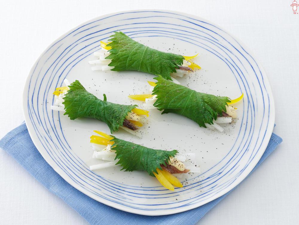 写真:大根とアンチョビーの青じそ巻きサラダ
