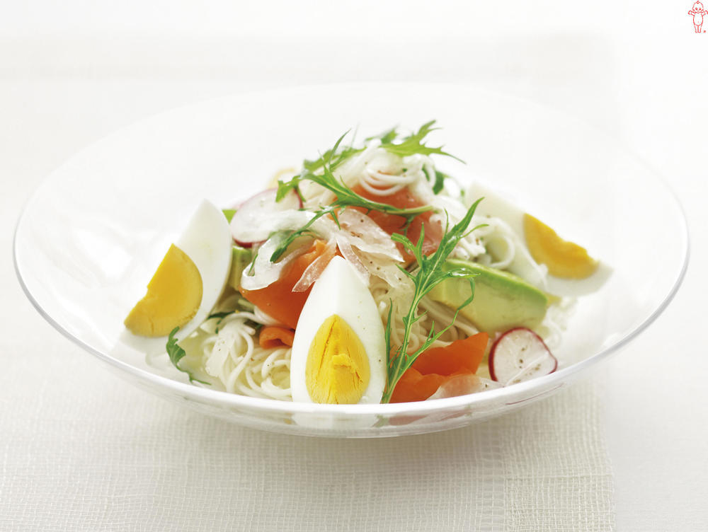 写真:スモークサーモンと玉ねぎのサラダそうめん