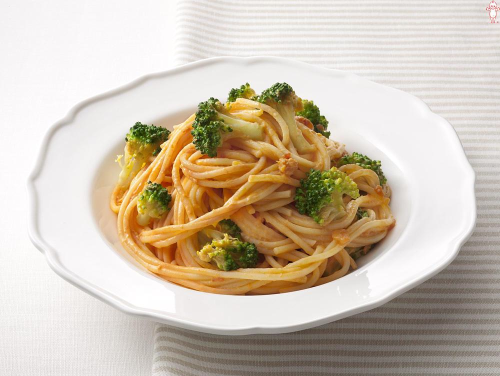 写真:ブロッコリーとカニのトマトクリームスパゲッティ
