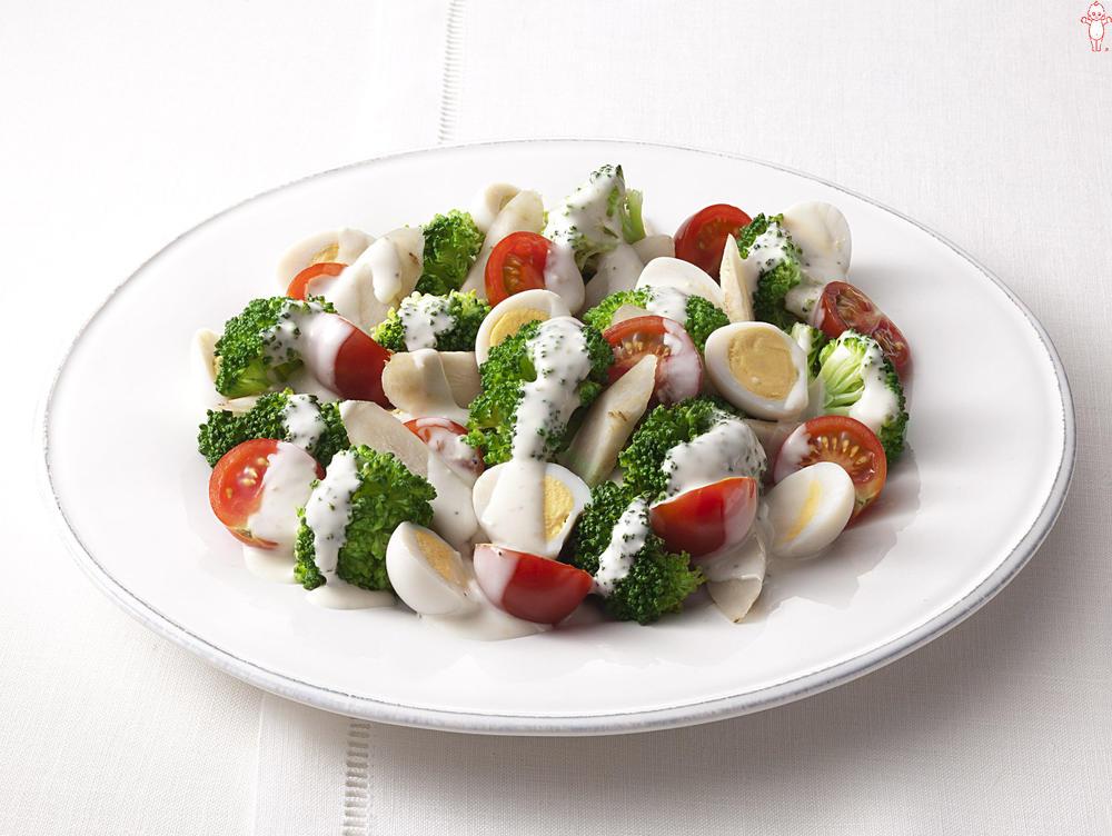 写真:ごぼうとプチトマトとブロッコリーのシーザーサラダ
