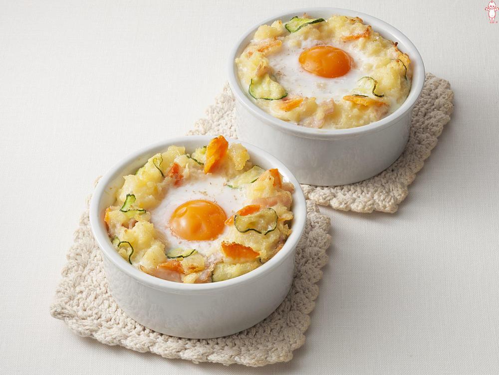 写真:ポテトサラダが大活躍!おとし卵グラタン
