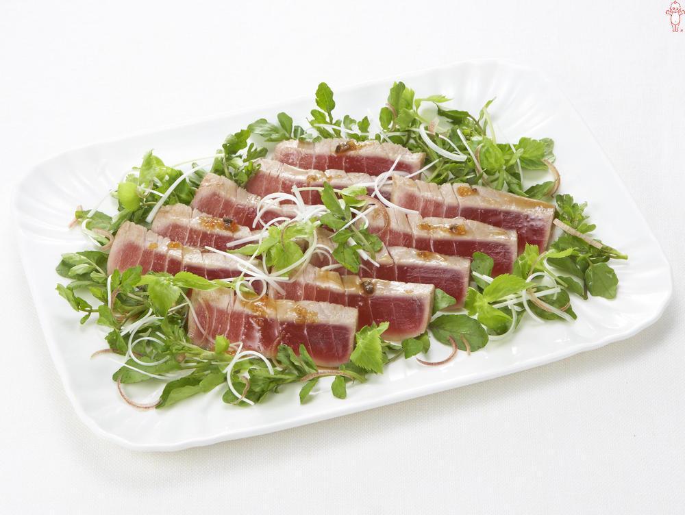 写真:たっぷり香味野菜とまぐろのたたき風サラダ