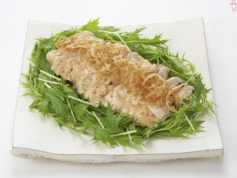 写真:蒸し鶏と水菜とれんこんチップスのサラダ