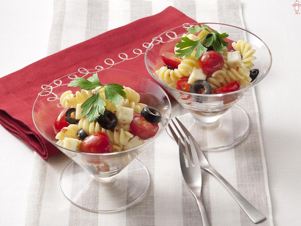 写真:プチトマトとチーズのグラスサラダ