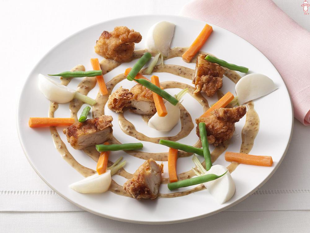 写真:から揚げと温野菜のごま風味サラダ