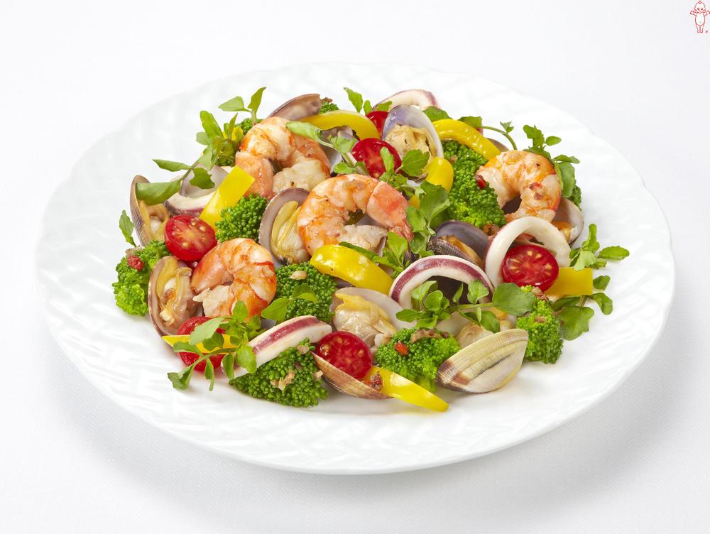 写真:シーフードとブロッコリーとパプリカのサラダ