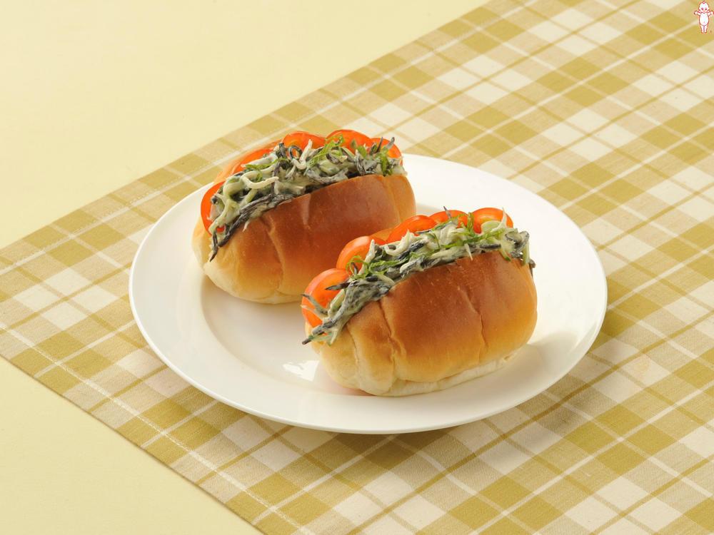 写真:ひじきとしらすのロールパン