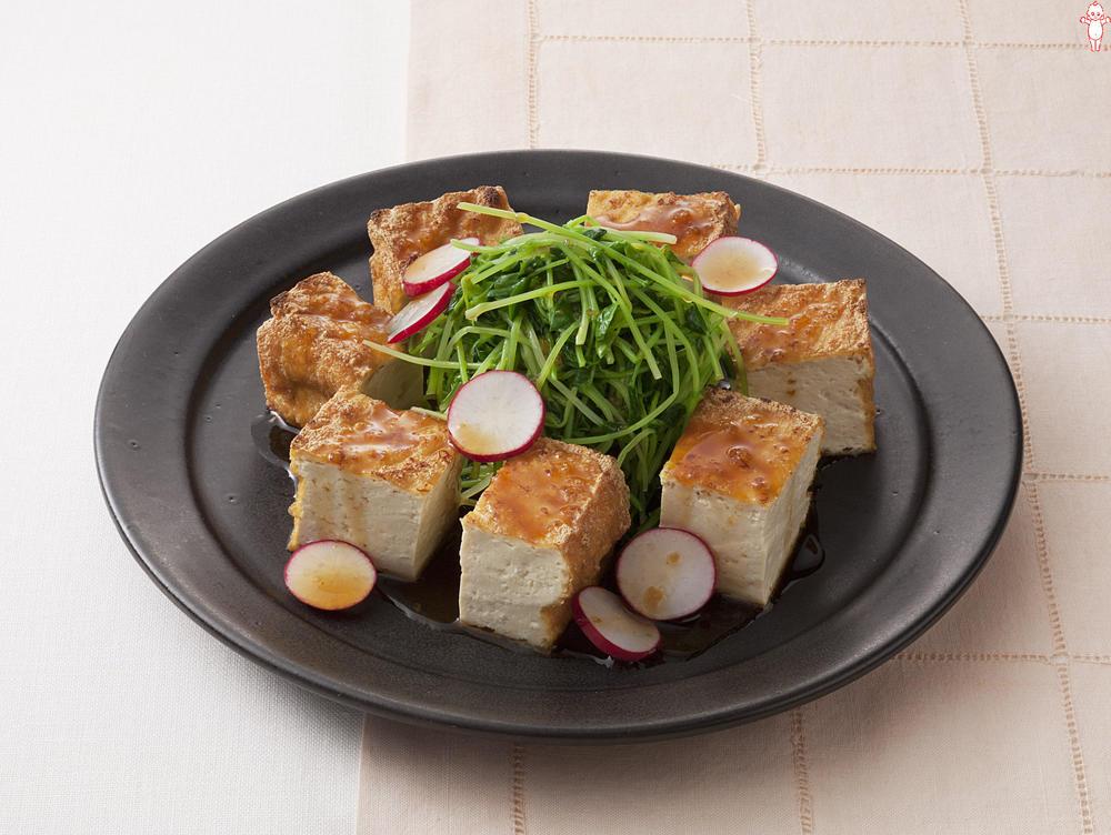 写真:厚揚げと豆苗のサラダ