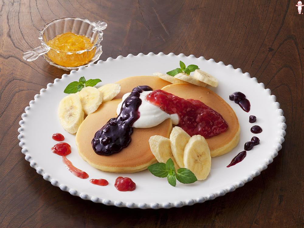 写真:チーズ風ヨーグルトとジャムのふわふわホットケーキ