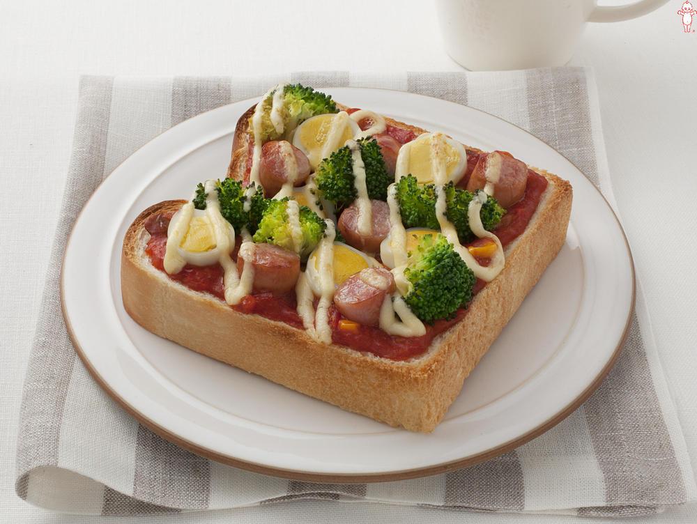 写真:ブロッコリーとうずら卵のピザトースト
