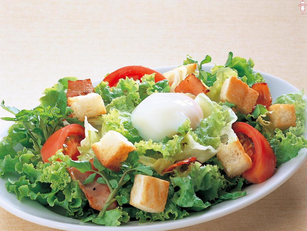 写真:カリカリパンととろ〜り半熟たまごのシーザーサラダ