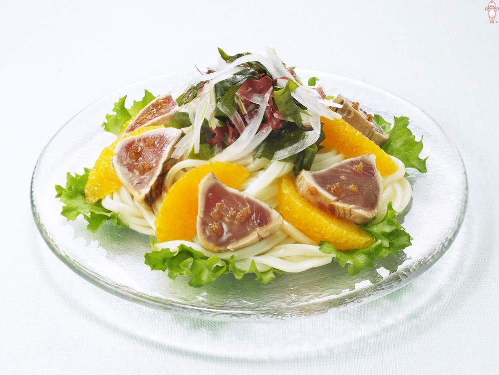 写真:かつおとオレンジのサラダうどん