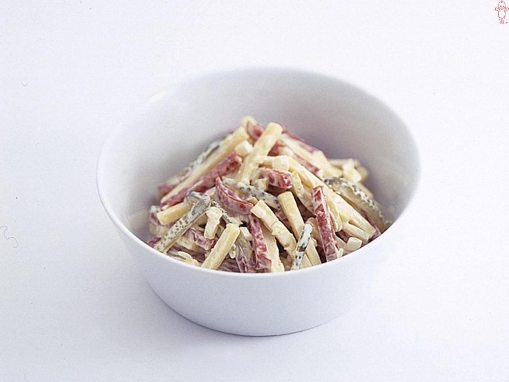 写真:サラミとチーズのサラダ