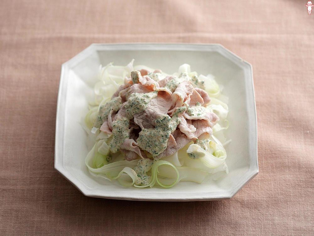 写真:セロリと豚しゃぶのサラダ グリーンソースがけ