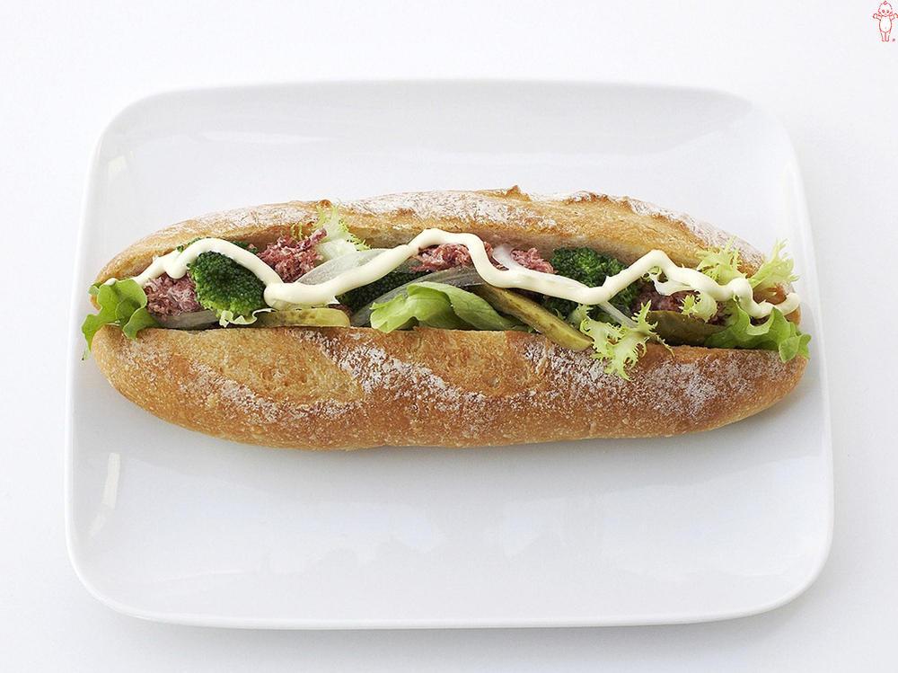 写真:コンビーフとグリーン野菜のサンドイッチ