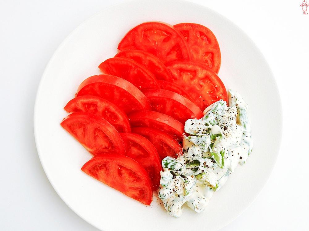 写真:トマトと刻みししとうのスパイシーサラダ