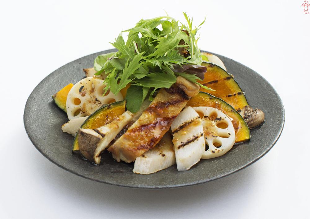 写真:鶏肉と根菜のグリルサラダ