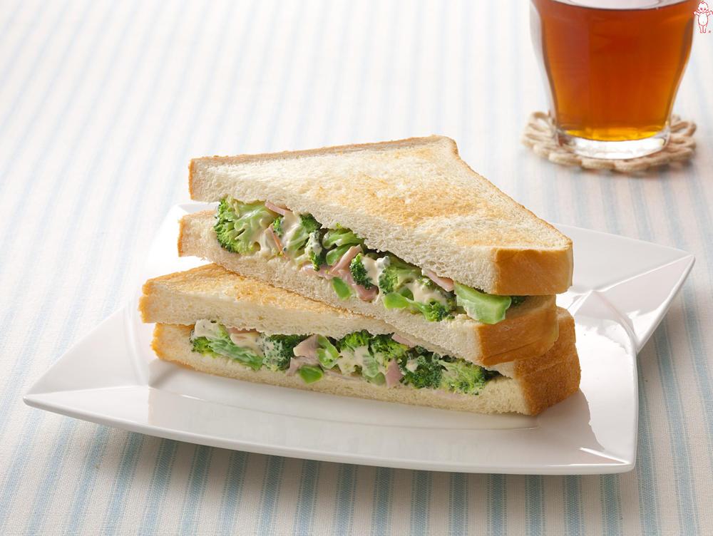 写真:ブロッコリーとハムのサンドイッチ