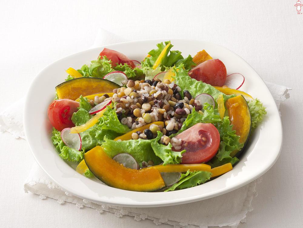 写真:豆と穀物のミックスサラダ