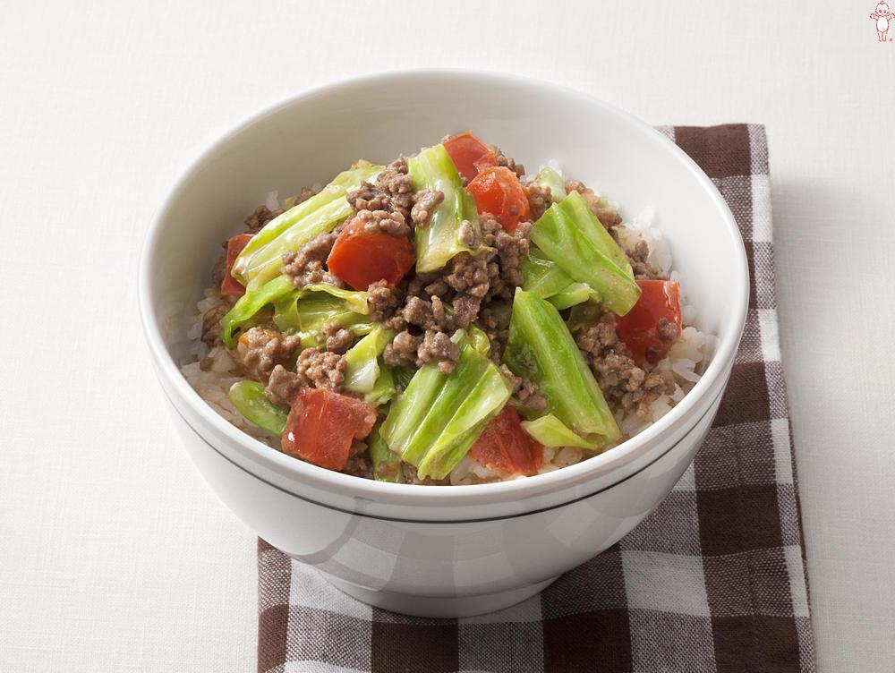 写真:キャベツとトマトのマヨ炒めそぼろご飯