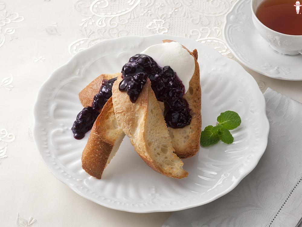 写真:フランスパンとマスカルポーネのブルーベリーがけ