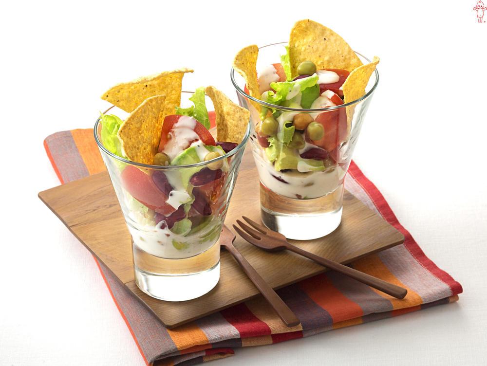 写真:アボカドとミックスビーンズのメキシカンカップサラダ