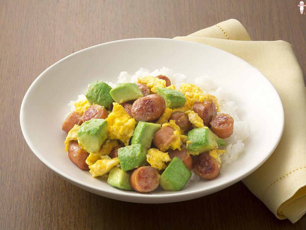 写真:アボカドとこんがりソーセージのふわふわ卵ライス