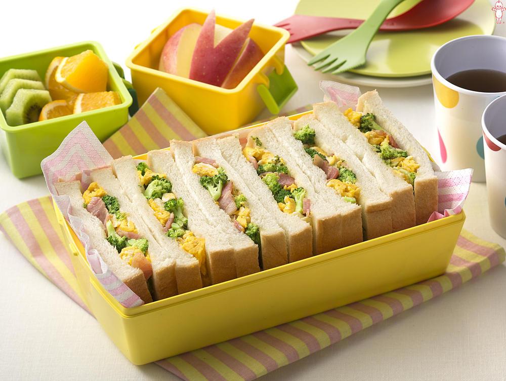 写真:ブロッコリーとふわふわ卵のサンドイッチ