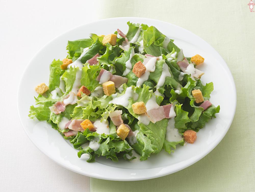 写真:3色のベジクルトンのシーザーサラダ