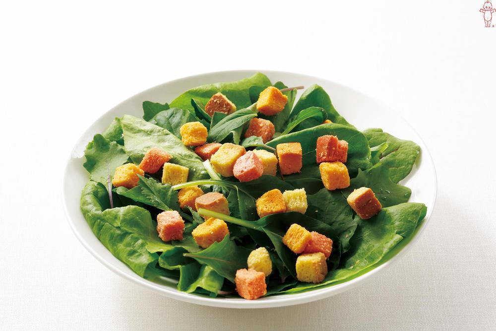 写真:サラダほうれん草とクルトンのサラダ