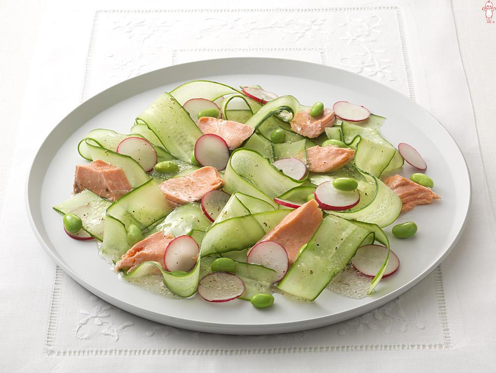 写真:きゅうりとサーモンのサラダ