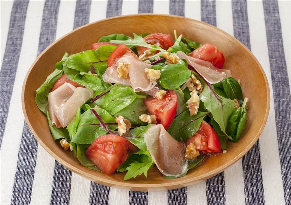 写真:トマトと生ハムのサラダ