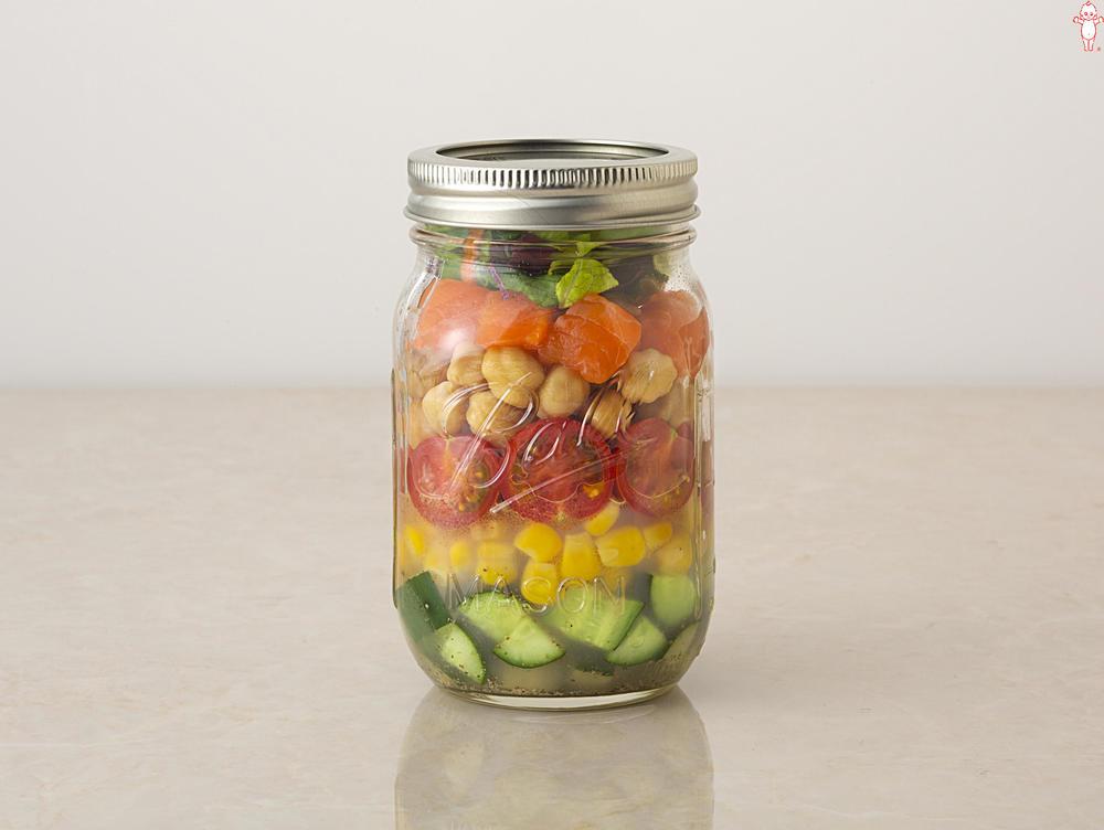 写真:カラフル野菜とサーモンのジャーサラダ