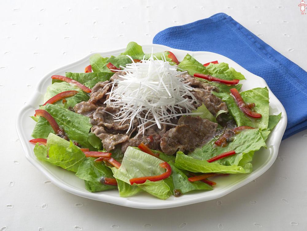 写真:ロメインレタスとカリカリ豚肉のサラダ