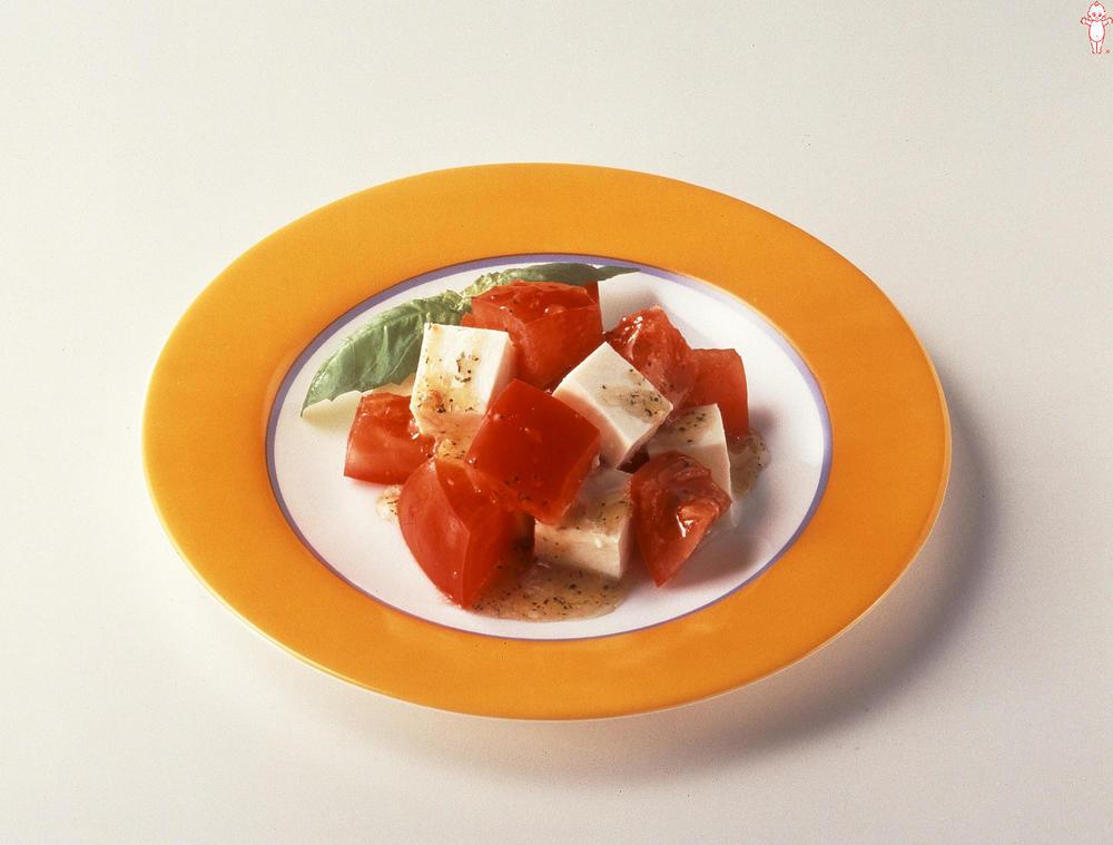 写真:トマトとモッツァレラのサラダ