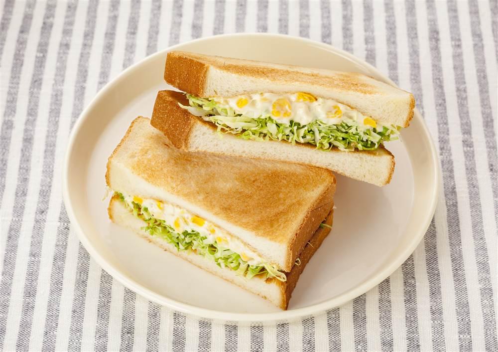写真:コーンマヨとせん切りキャベツのトーストサンド