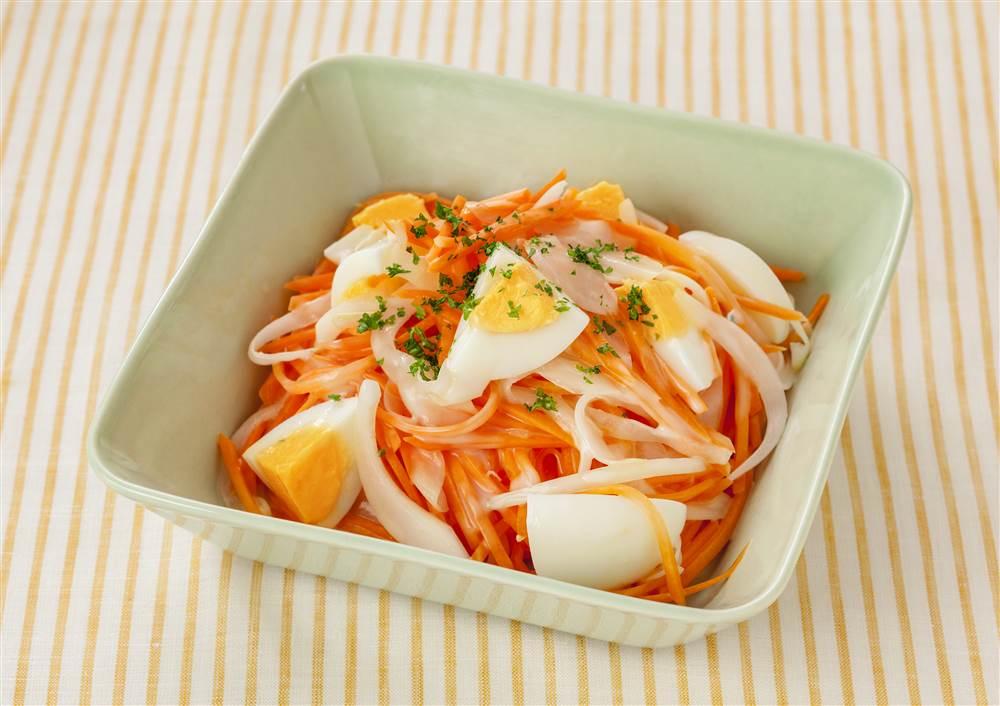 写真:にんじんとゆで卵のコールスロー風サラダ