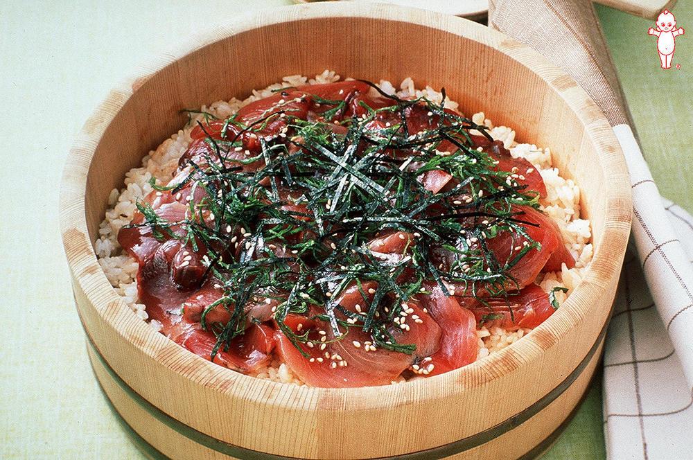 写真:ノンオイルとご飯を混ぜて!かつおの手ごね寿司