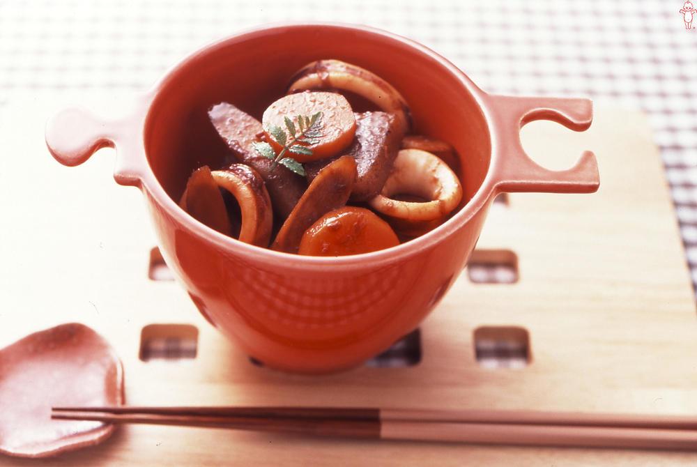 写真:根菜といかの香煮仕立て