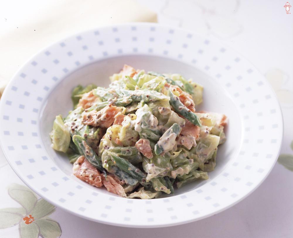 写真:キャベツと鮭の粒マスタードサラダ