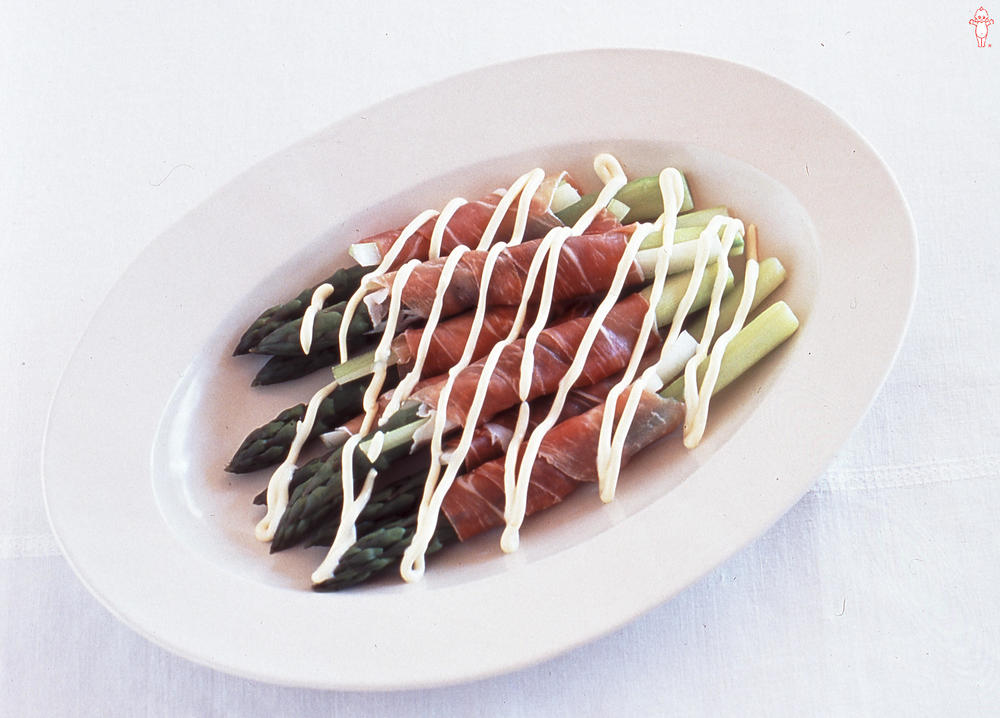写真:アスパラガスとセロリの生ハム巻きサラダ