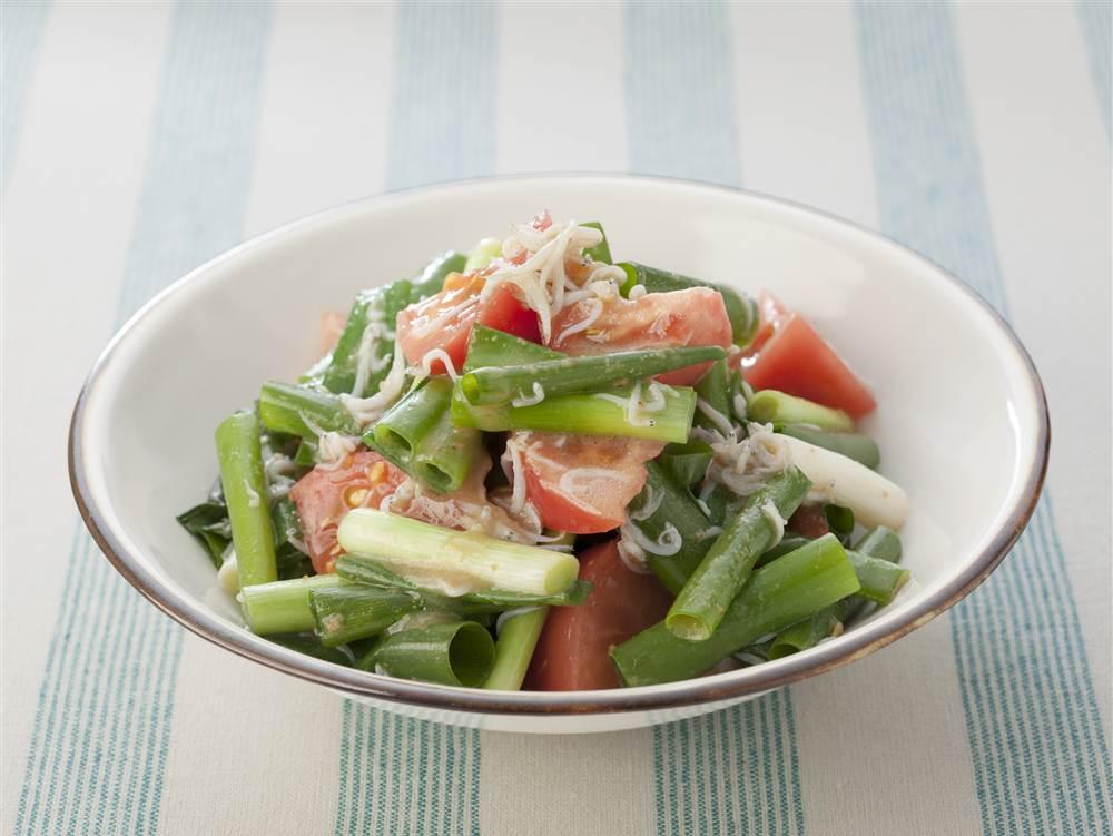 写真:青ねぎとトマトのあえサラダ