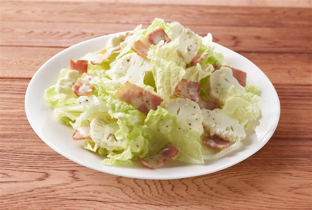 写真:白菜とカリフラワーとベーコンのサラダ