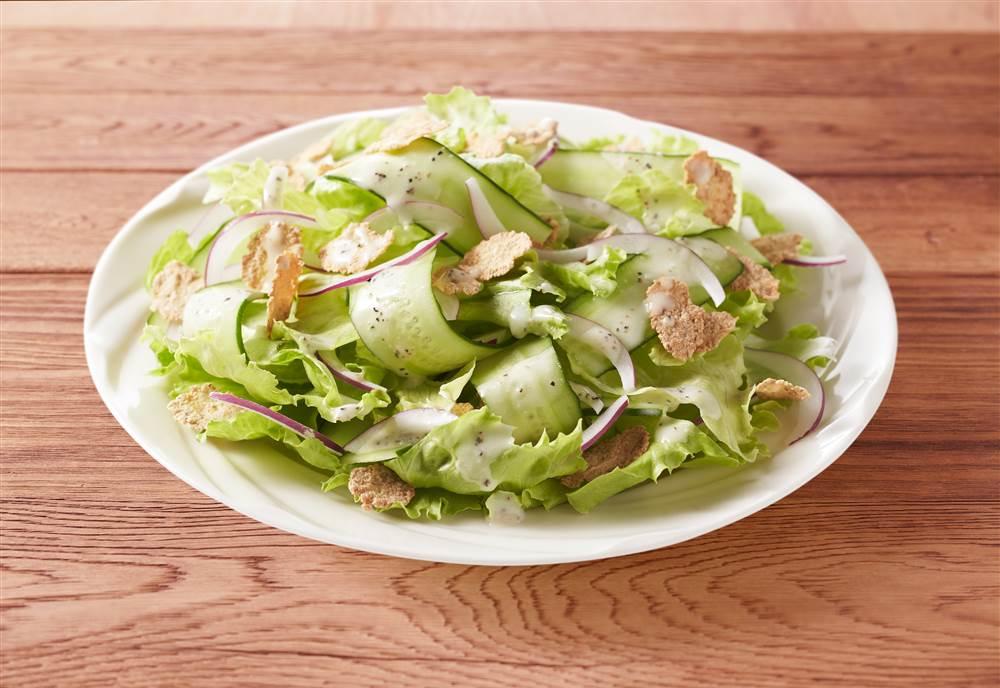 写真:薄切りきゅうりとレタスのサラダ