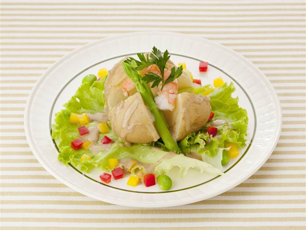 写真:まるごとじゃがいもとえびのサラダ