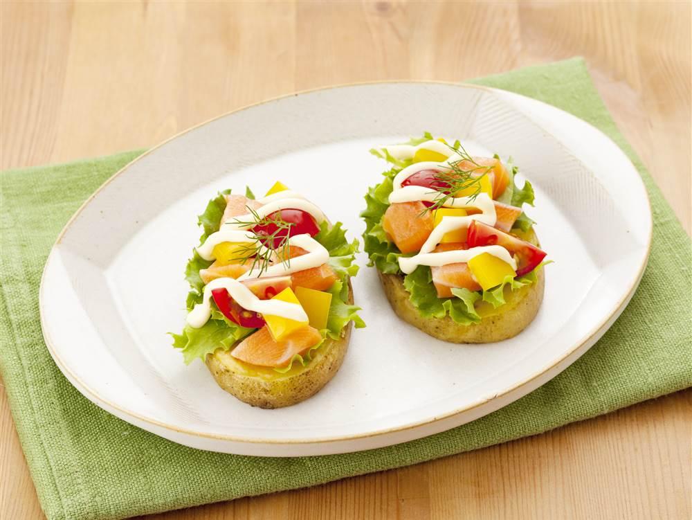 写真:プチトマトとサーモンのポテトカナッペ